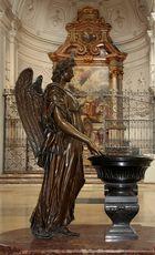 Engel vor Taufbecken [seitlich]