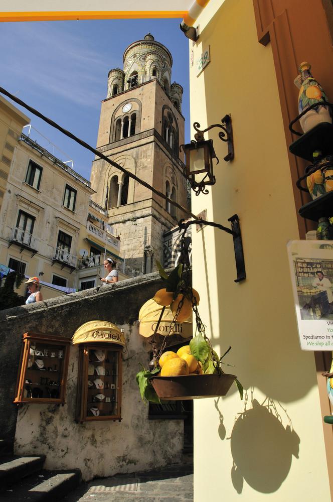 enger Blick auf den Dom von Amalfi