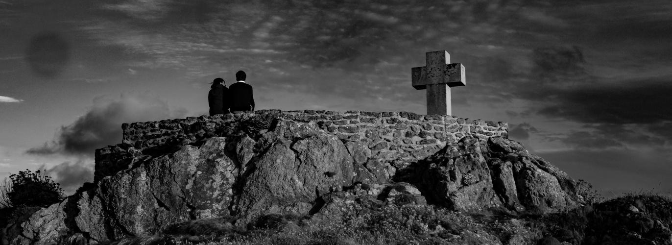 ensemble ... au pied de la croix face à la mer