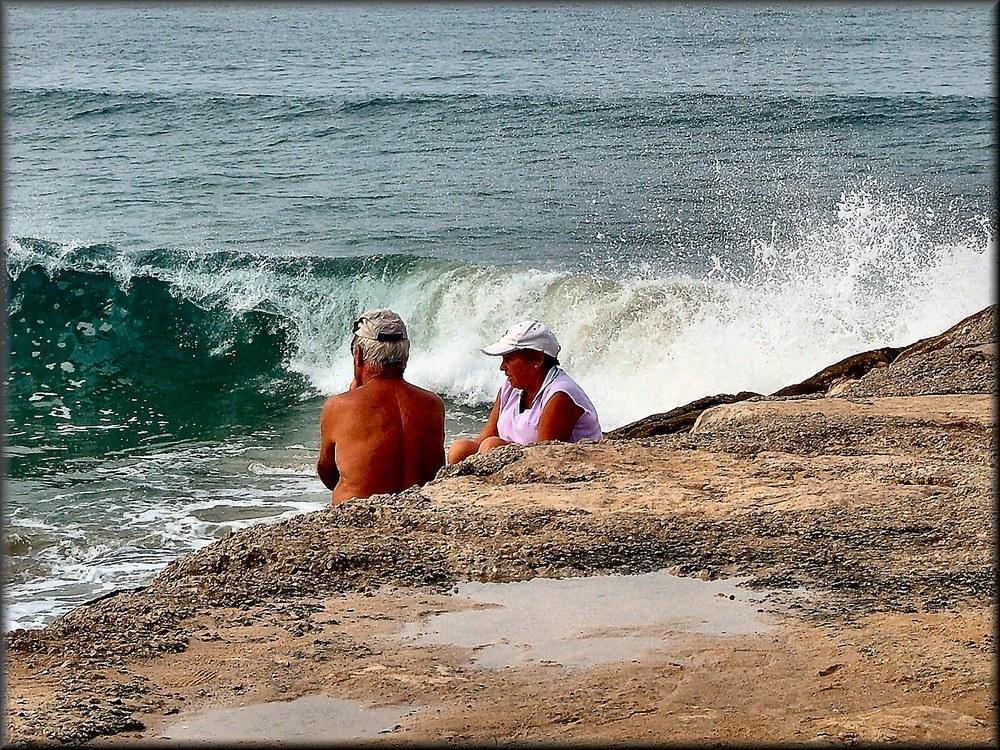 Ensemble devant la mer.