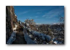entlang der Burgmauer