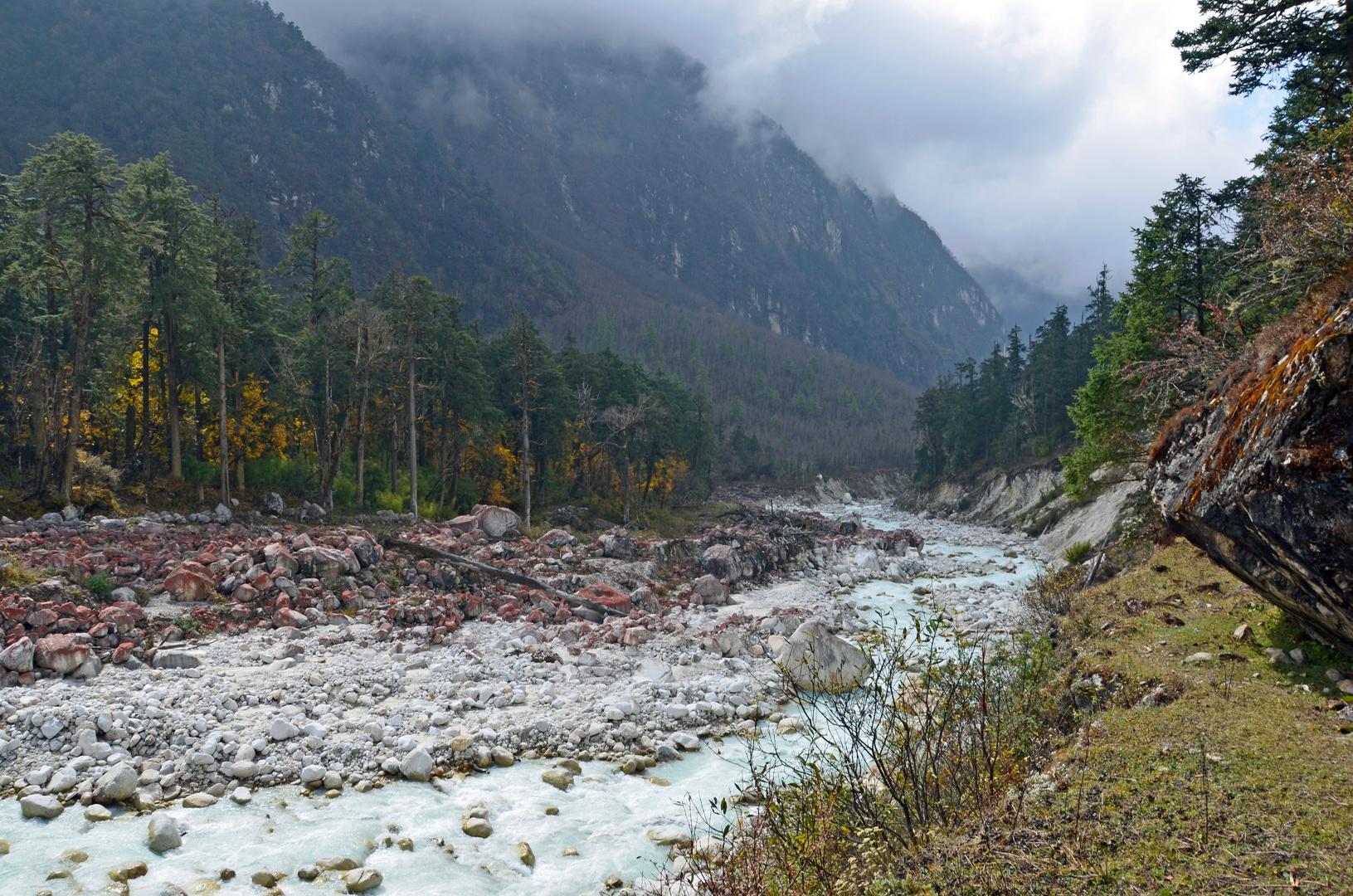 Entlang des Dudh Khola auf dem Manaslu-Trek