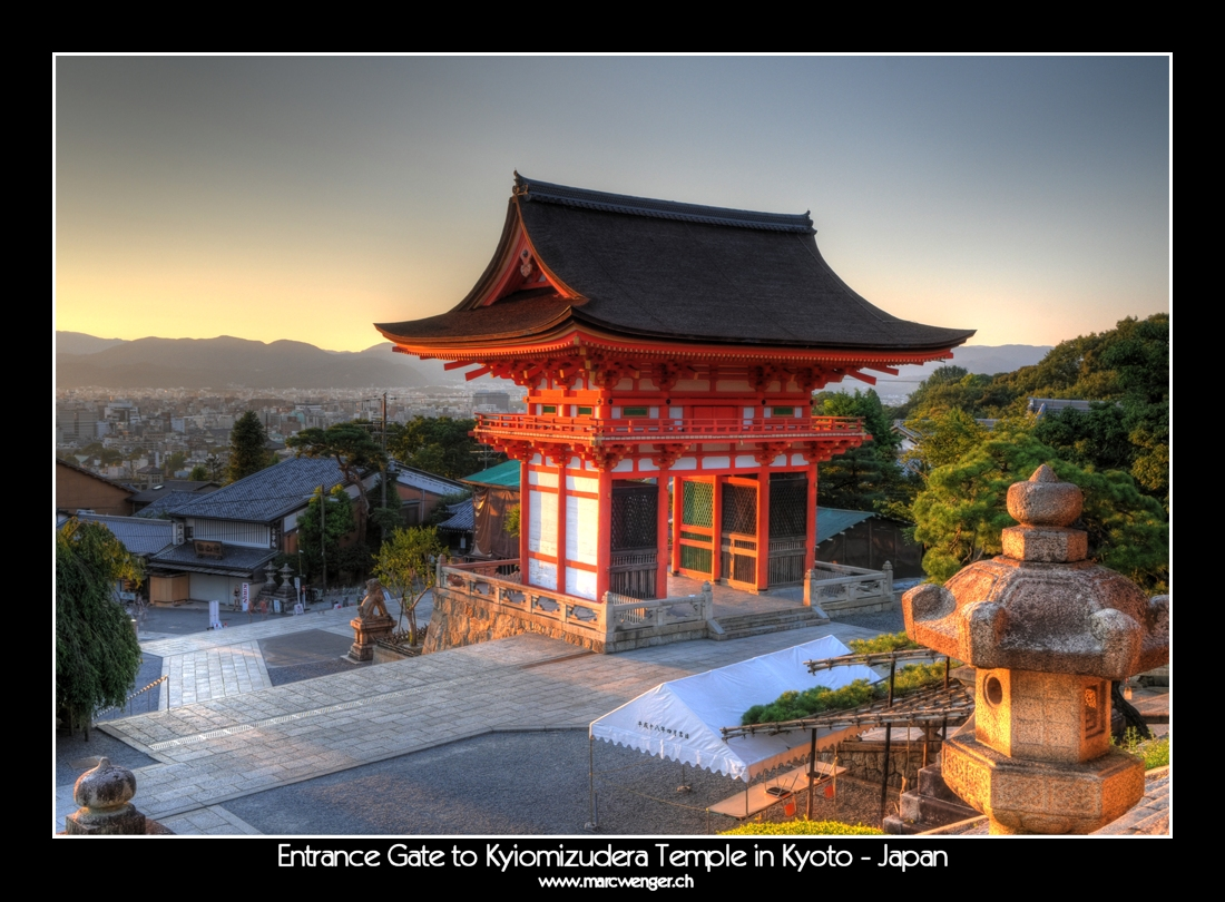 entrance gate to kyiomizudera temple in kyoto japan foto bild asia japan east asia. Black Bedroom Furniture Sets. Home Design Ideas