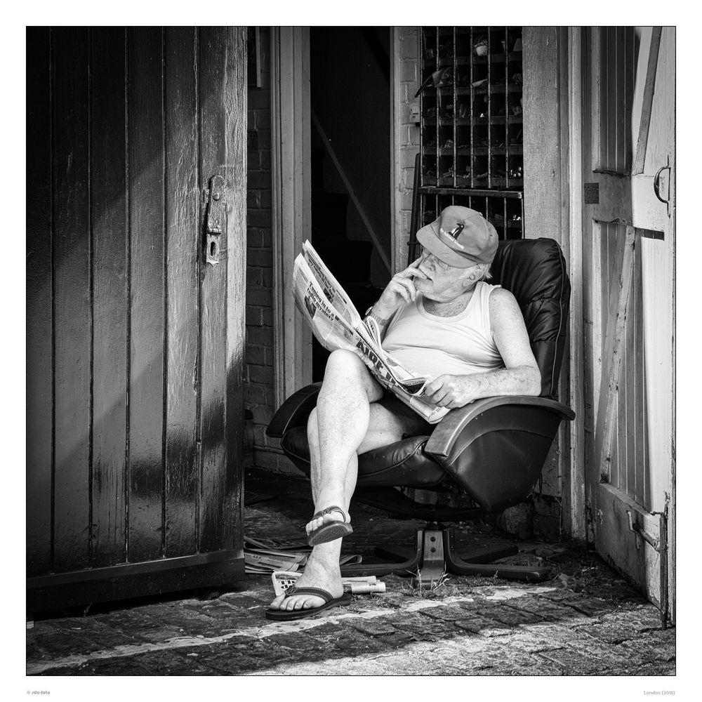 Entspanntes Zeitungslesen