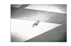 - er fliegt nicht in den vorgeschriebenen Bahnen -