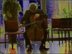 Er spielt Cello....
