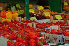 Erdbeeren und andere Früchte auf dem Wochenmarkt