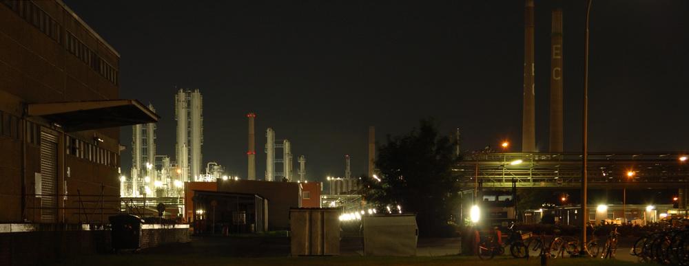 Erdöl-Chemie bei Nacht