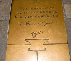 Erinnerungstafel für den Kardinal Clemens August Graf von Galen im Dom zu Münster