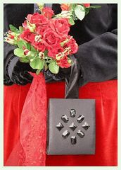 Erkennungszeichen: schwarze Handtasche und Rosenstrauß