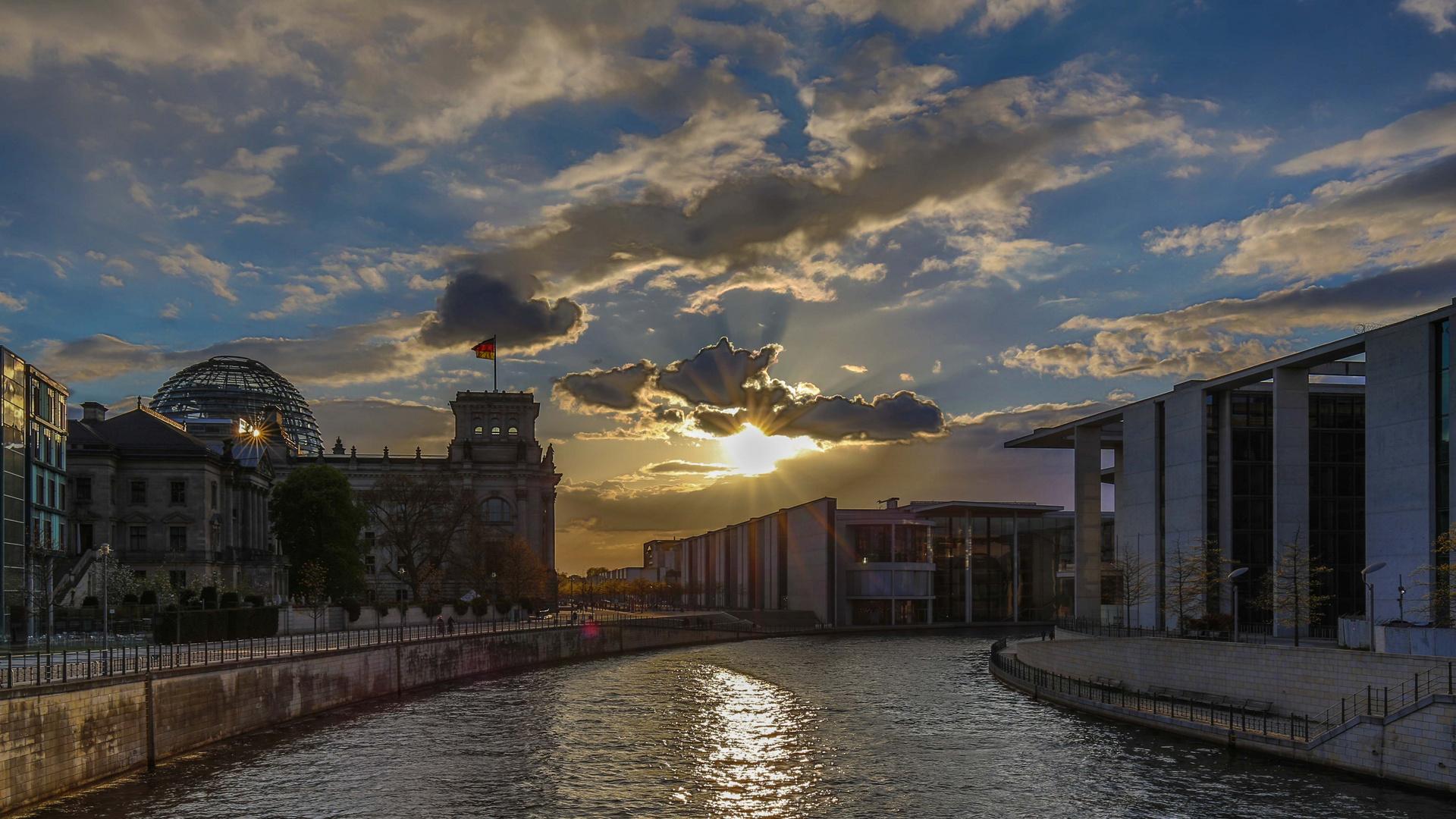Erleuchtung über dem Kanzlerinnenamt und Geistesblitz im Bundestag