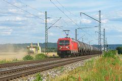 Erntemaschine und Eisenbahn