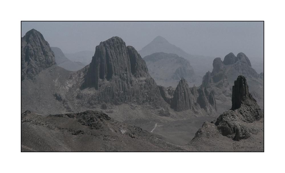 Erodierte Vulkanschlote in der Sahara