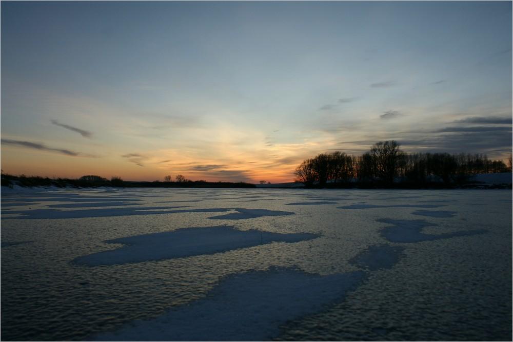 Erst ein malerischer Sonnenuntergang auf dem Eis..