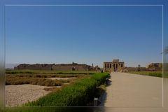 Erster Blick auf den Ptolemäischen Tempel von Dendera
