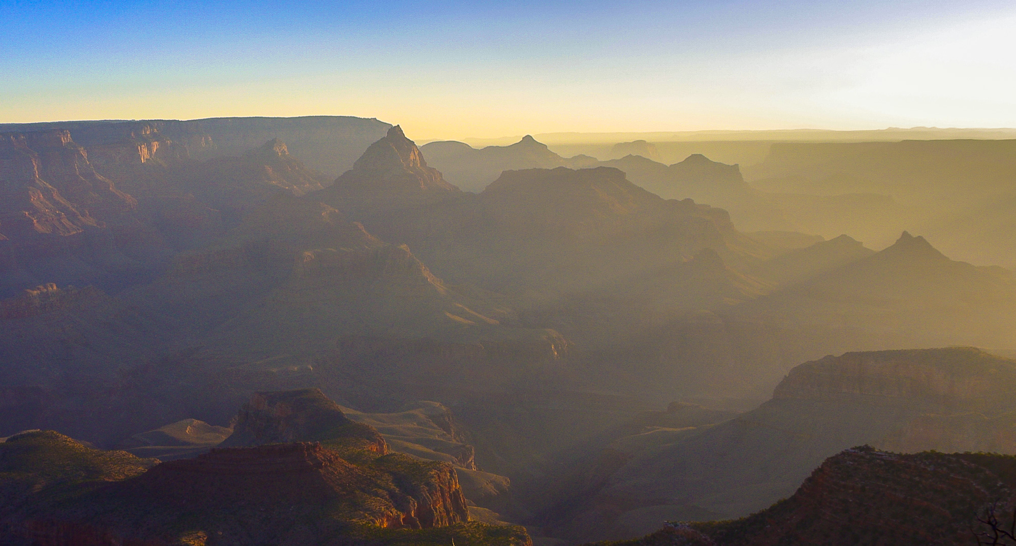 Erstes Morgenlicht leuchtet in den Grand Canyon