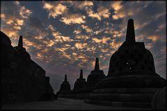Erstes Morgenlicht über Borobodur/Java/Indonesien