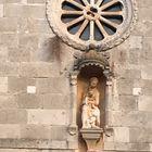 erzählend von Gläubigkeit und alten Kirchen