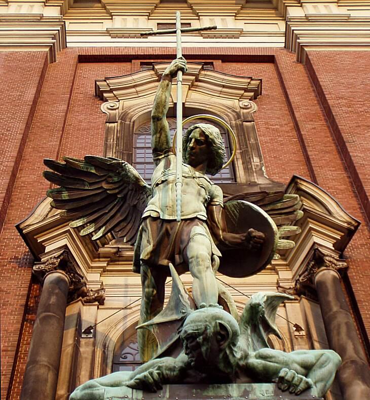 Erzengel Michael über dem Portal des 'Michel'