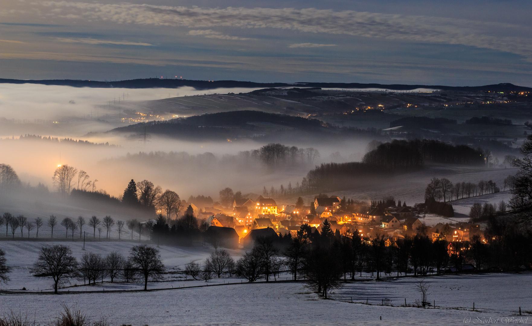 Erzgebirgisches Dorf umgeben vom Nebel