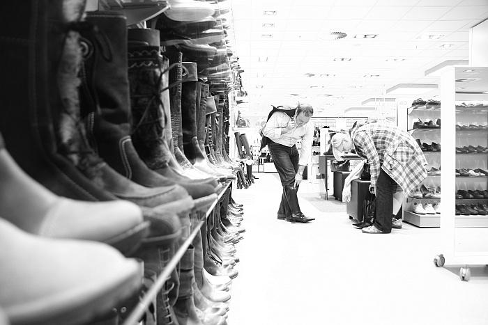 Es gibt Männer, die gehen gerne mit Schuhe einkaufen.