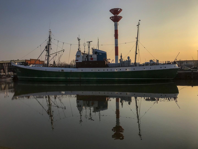 Es gibt sie noch, Schiffe mit Mastkorb ;-)