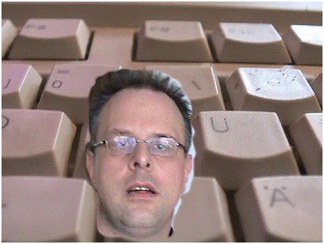 Es lugt ein verschreckter Kopf aus der Tastatur