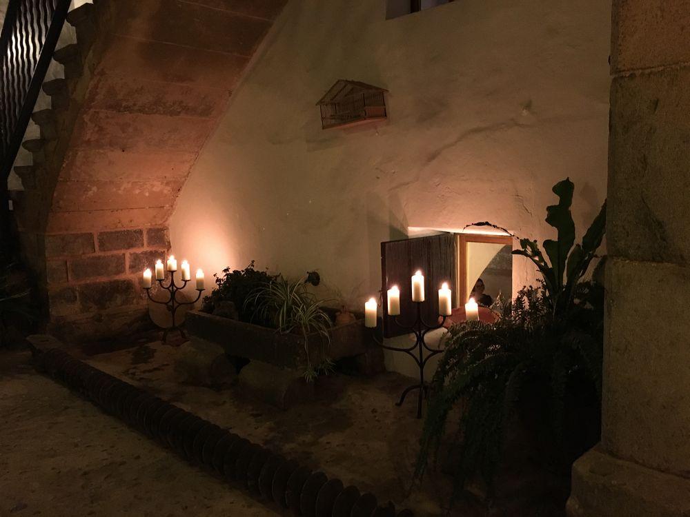Es Port - richtige Kerzen auch im schönen Innenhof