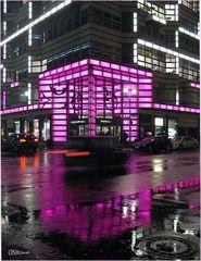 es regnet - an der pinkfarbener Ecke in Berlin...
