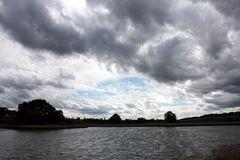 es ziehen dunkle Wolken auf