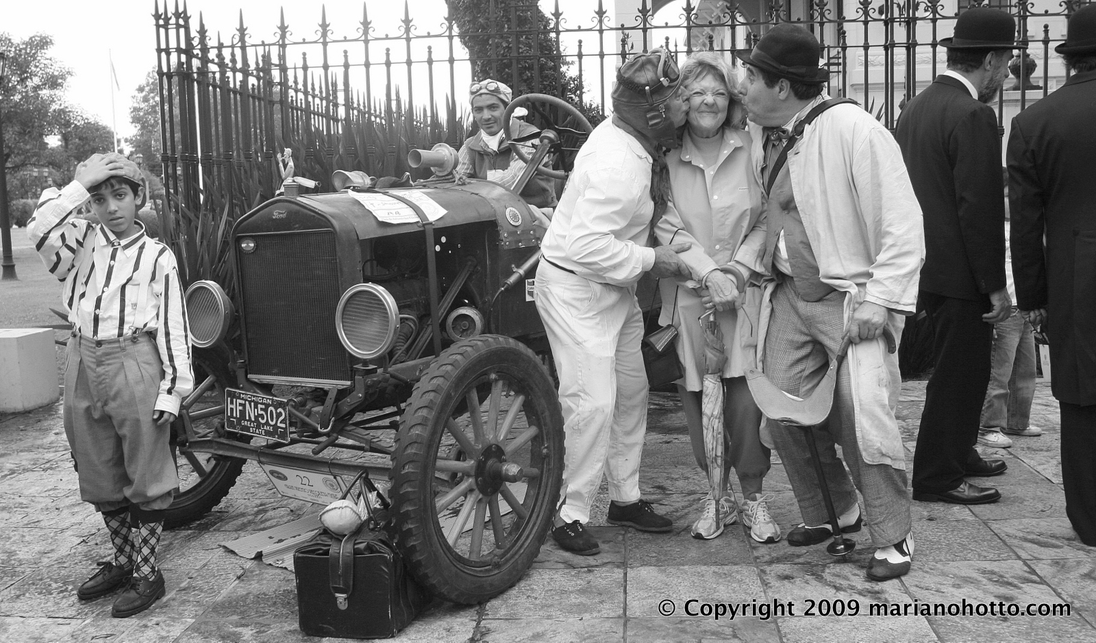 Escena con auto antiguo