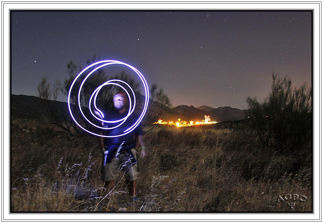 Espiral de luz junto a los telescopios de Robledo