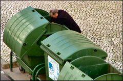 Essayant  de survivre avec les ordures