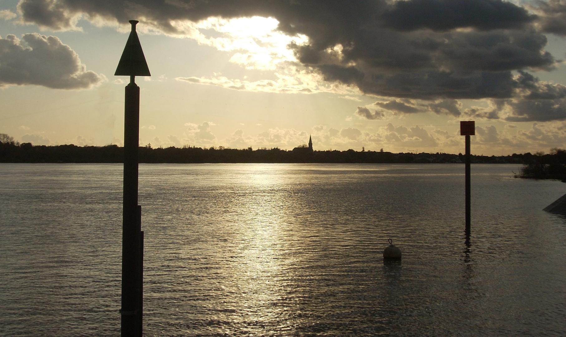 Et coule la Loire vers son estuaire.