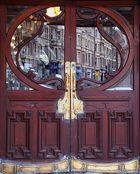 Etwas abgegriffene Jugendstil - Tür eines alten Kinos in Edinburgh / Schottland...