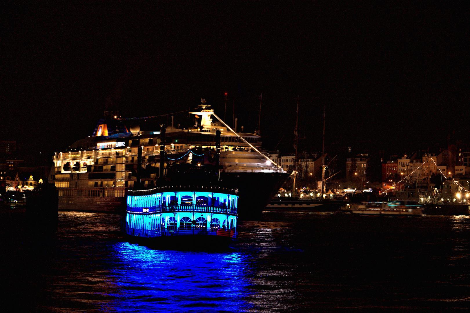 Europa 2 in Begleitung der Louisana Star im Hamburger Hafen