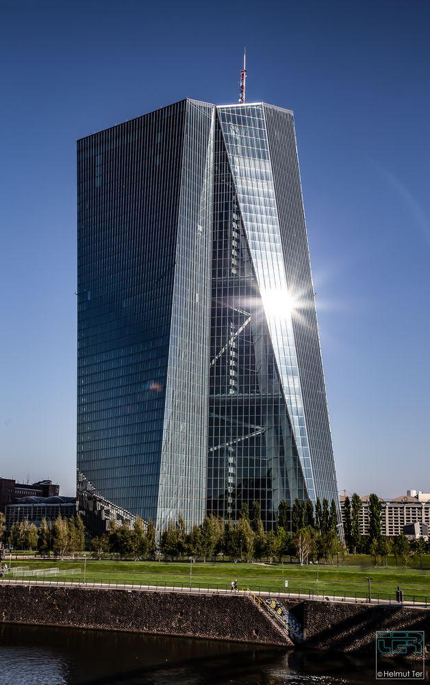 Europäische Zentralbank in Schieflage?  -  Der schräge Turm von Frankfurt.