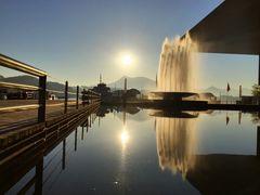 Europaplatz mit Wagenbachbrunnen im morgendlichen Gegenlicht