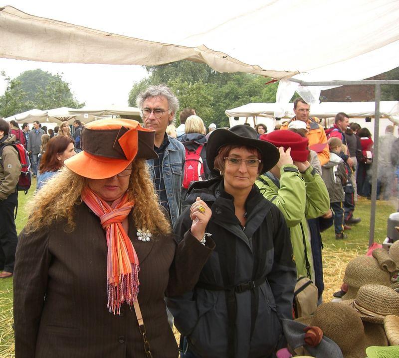 Eva und Heike bei den Hutmachern