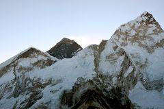 Everest-Westschulter, Everest (8840m) und Nuptse West (7732 m) von links