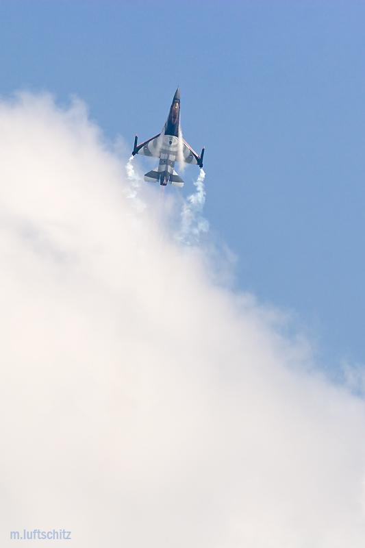 F-16 (NL) mit Volldampf durch die Wolken