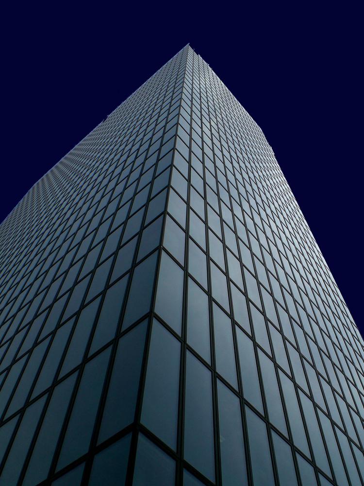 Facciata di un grattacielo leggermente illuminata   - '8'
