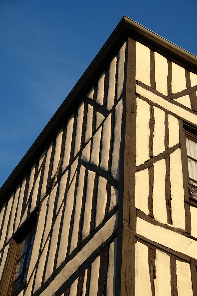 Fachwerk in Burgund vor blauem Himmel....