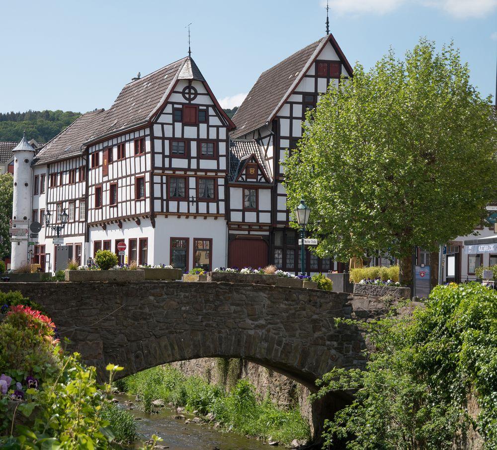 Fachwerkhäuser und Erftbrücke in Bad Münstereifel am Markt