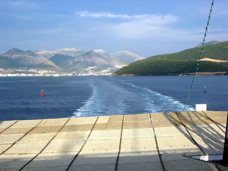 Fähre verlässt Hafen