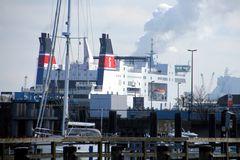 Fährschiff in der Hafeneinfahrt