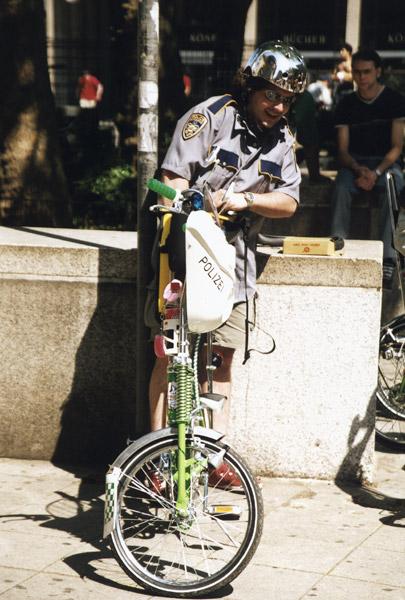 Fahhrad-Cop mit einem Platten