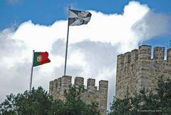 Fahnen Portugals und Lissabons auf dem Castello de Sao Jorge
