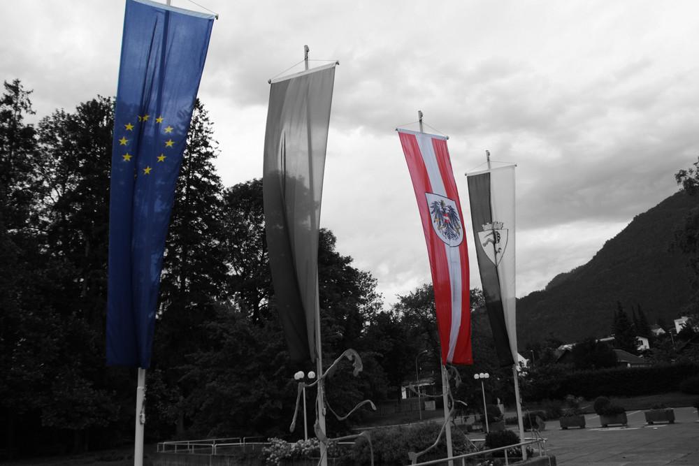 Fahnen vor dem Rathaus in Bludenz