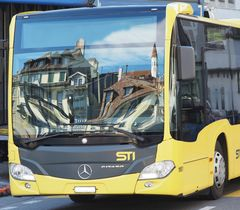 Fahrendes Postauto in der Stadt Thun... - Car postal circulant à Thoune.